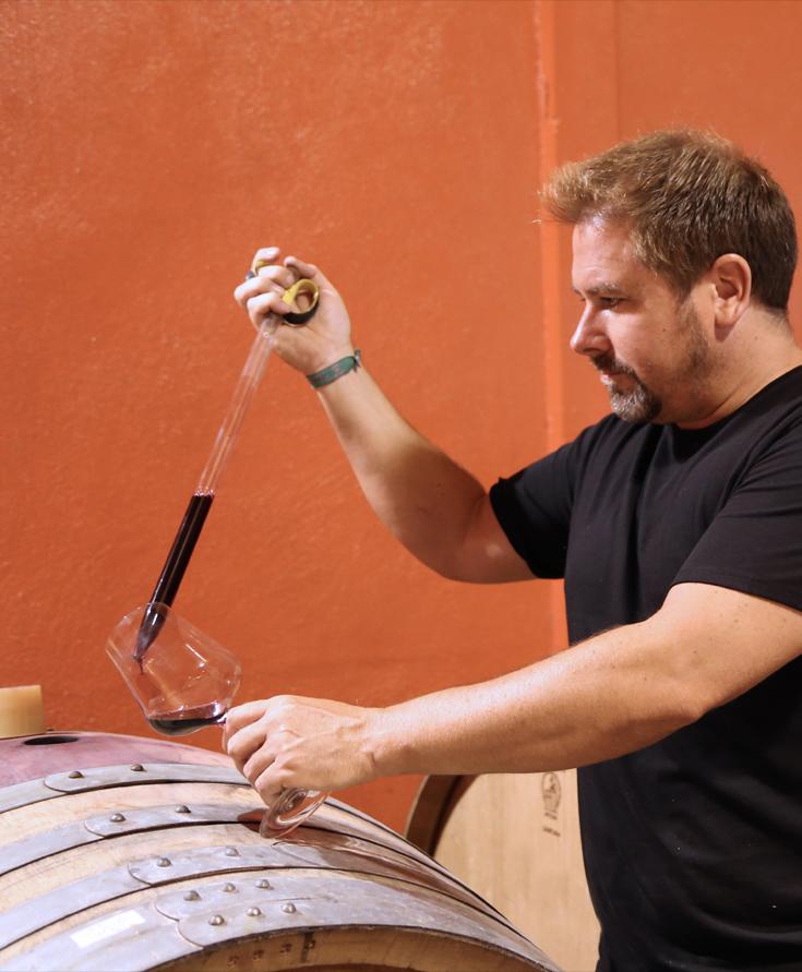 Luis Arnedo degustando su vino